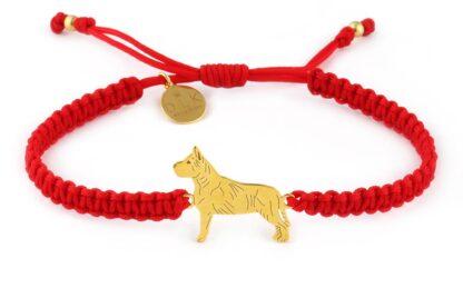 Kolekcja Rasy psów - Bransoletka z amstaffem złotym na czerwonej makramie