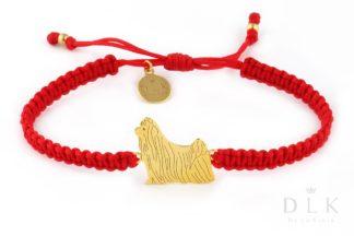 Kolekcja Rasy psów - Bransoletka z yorkshire terrier złotym na czerwonej makramie